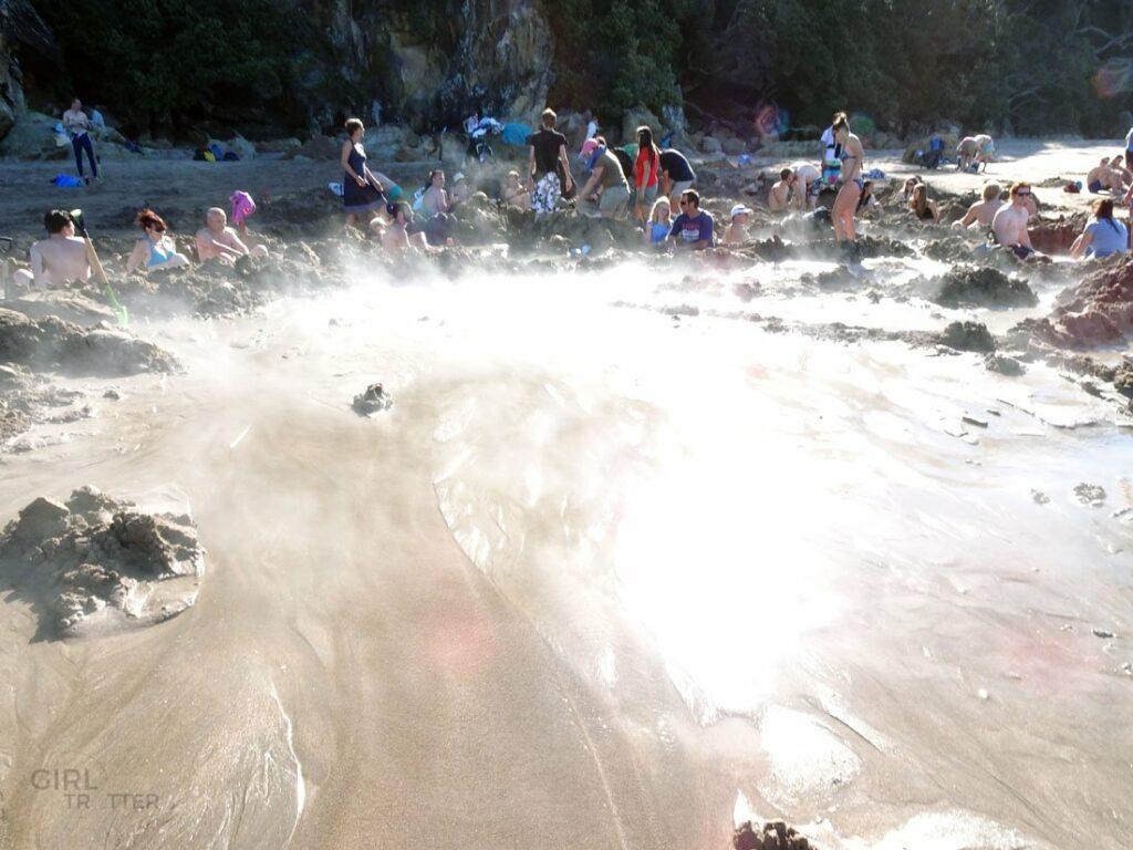 Les bains d'eau chaude naturelle à Hot water beach en Nouvelle-Zélande - Girltrotter