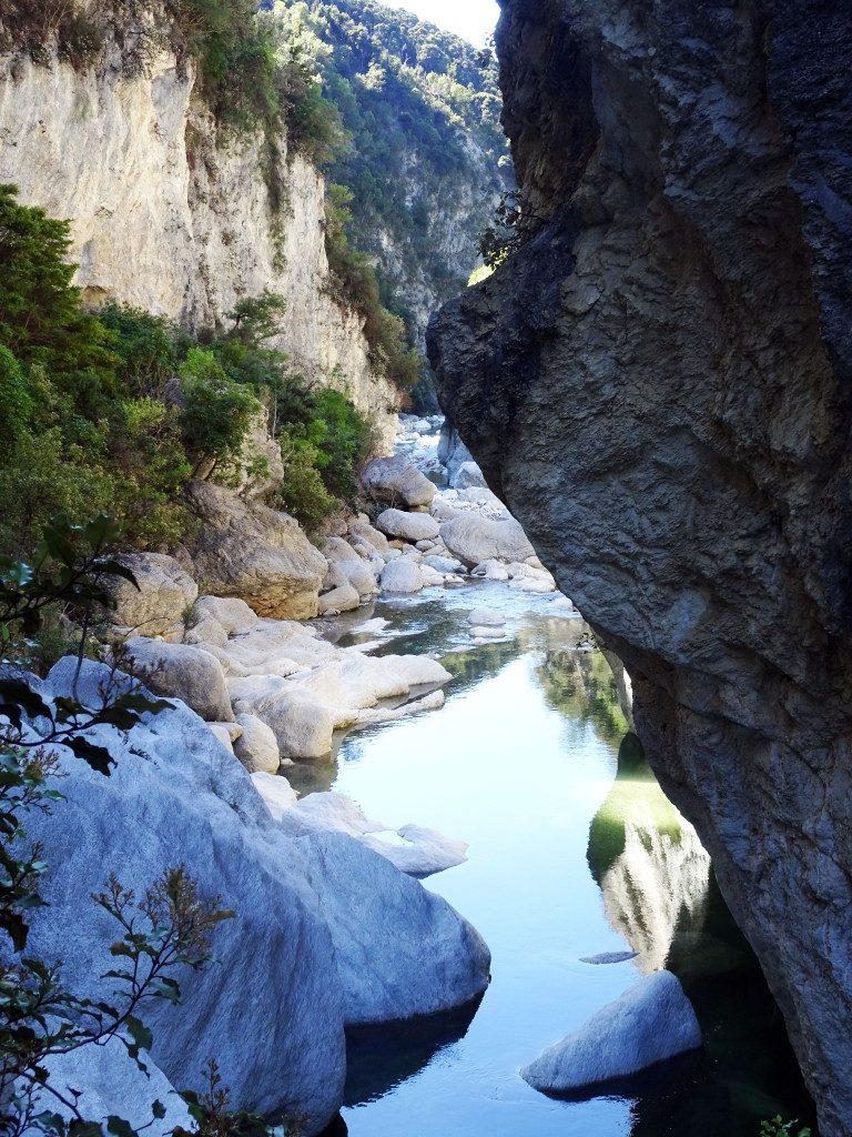 Gorge de Sawcut proches de Blenheim dans la région viticole du Marlborough en Nouvelle-Zélande - Girltrotter