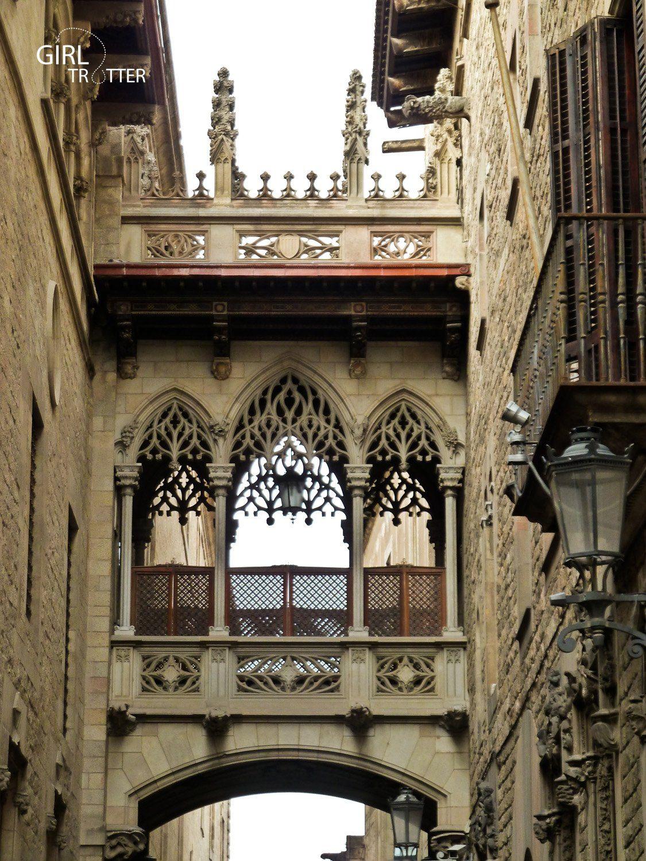 Pont neogothique de la Carrer del Bisbe au coeur du quartier gothique de Barcelone - Girltrotter