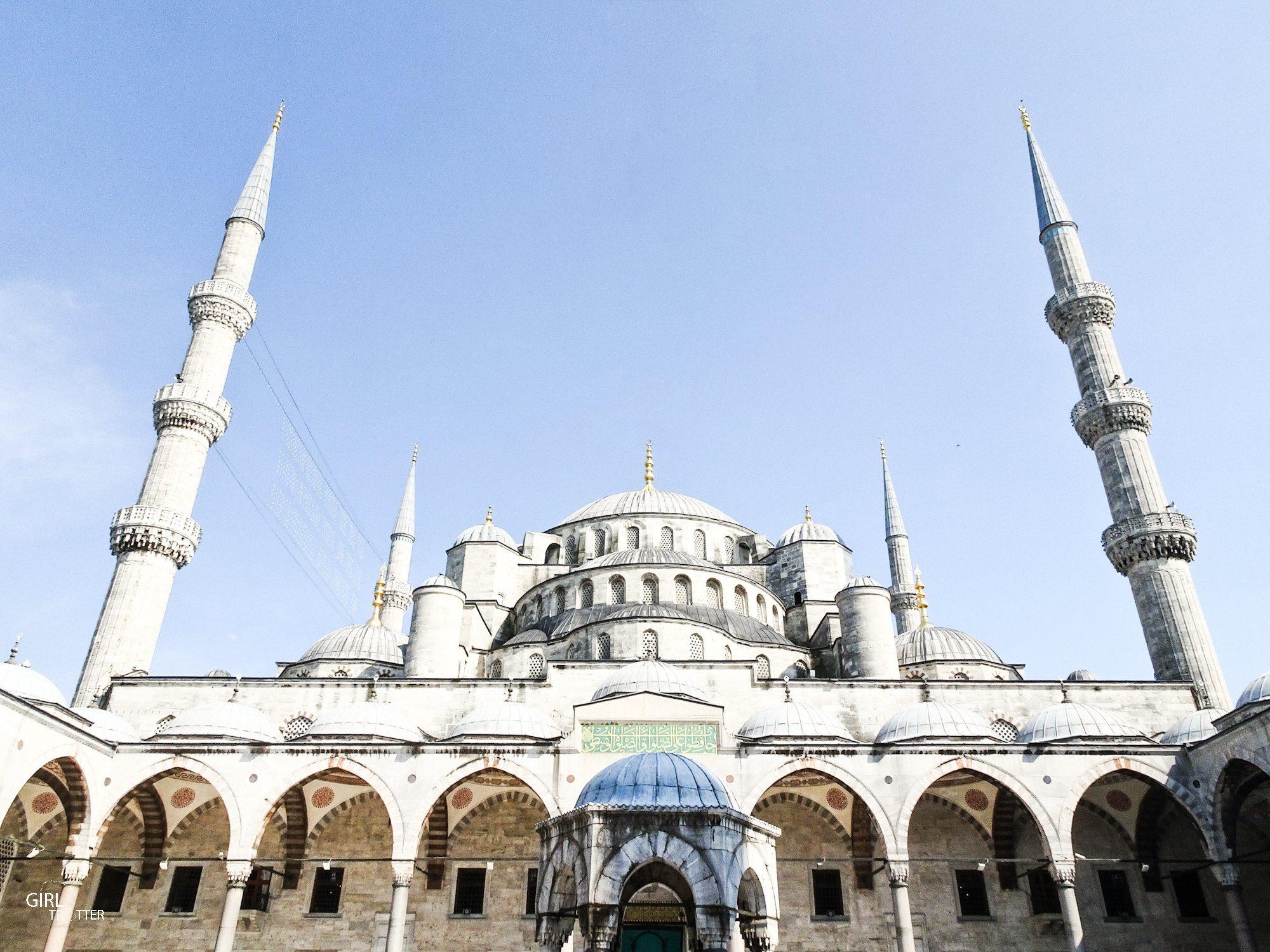 Vue de la cour Intérieure de la Mosquée Bleue ou mosquée du Sultan Ahmet à Istanbul
