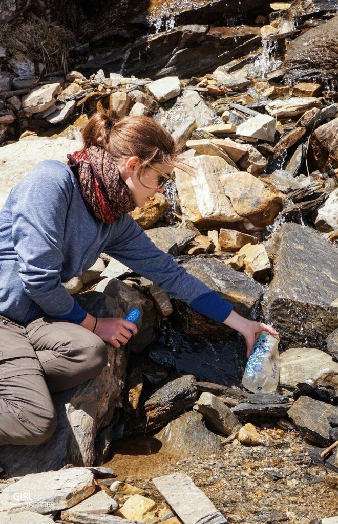 Boire eau potable au Nepal en randonnee - gourde filtrante Be Free Katadyn