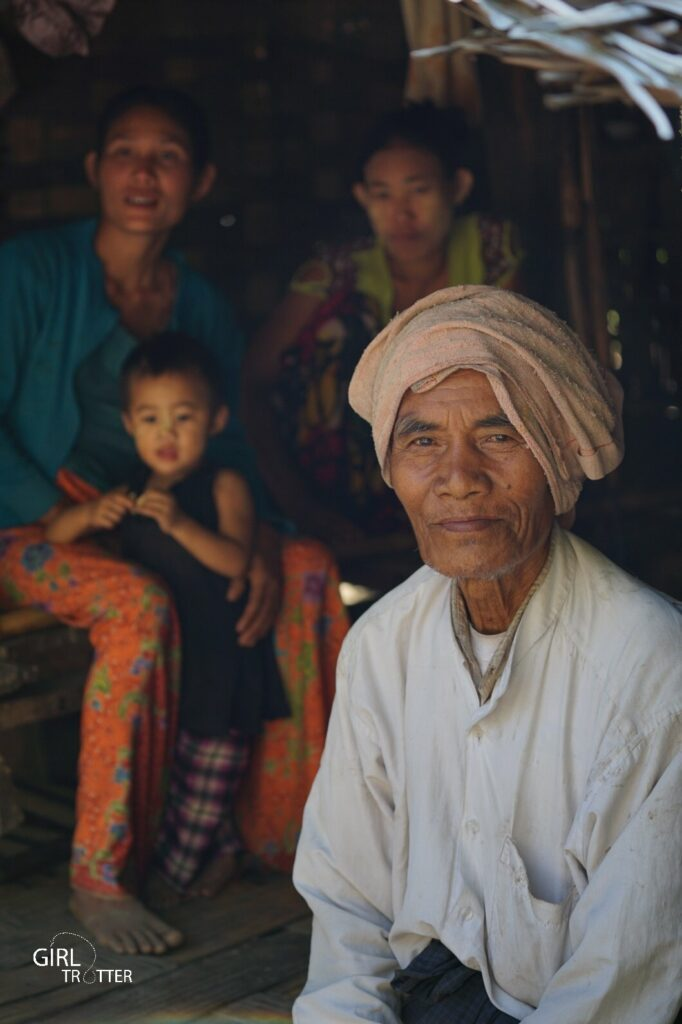 Famille birmane dans un village traditionnel du Myanmar