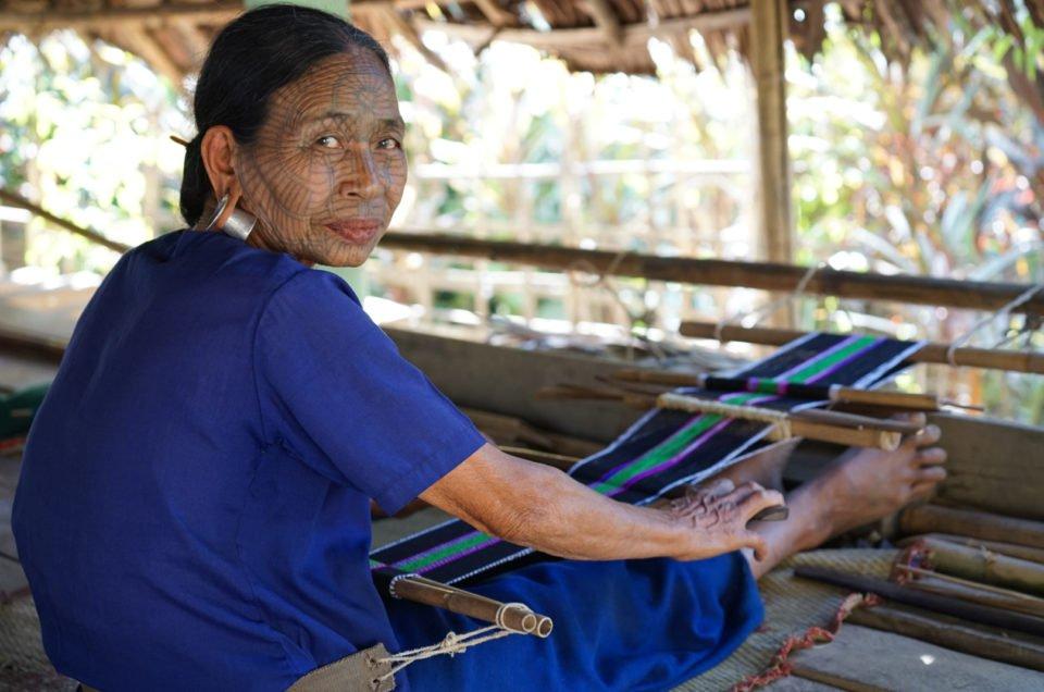 Reportage sur les femmes au visage tatoué du Myanmar