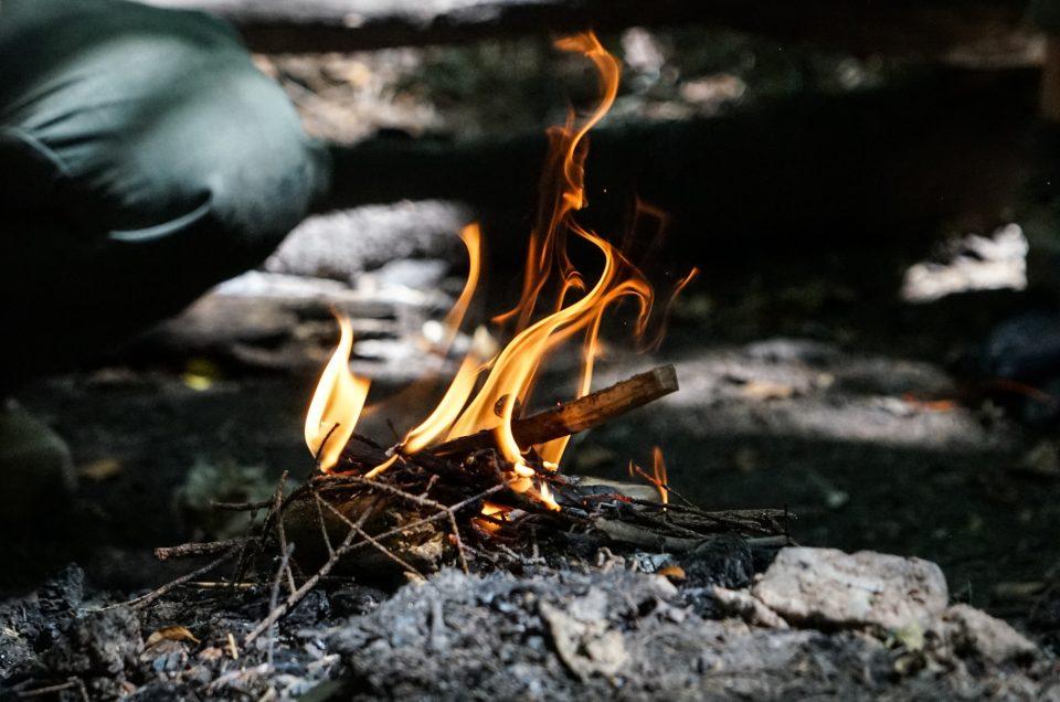 Comment préparer et allumer un bon feu de camp en toute sécurité ?
