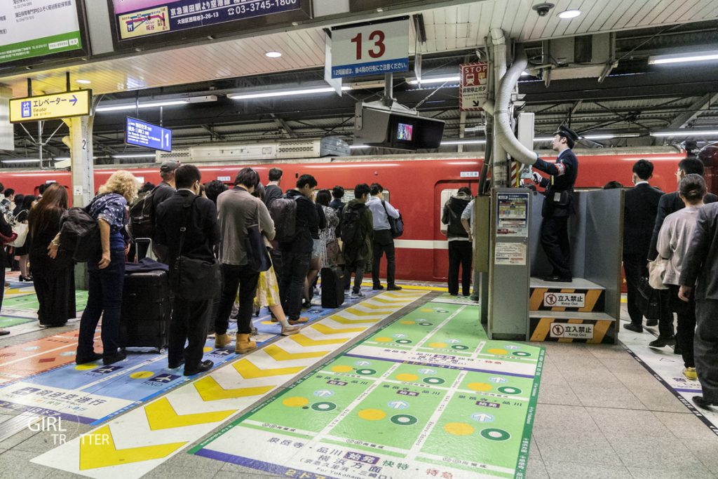 Prendre le métro au Japon et faire la queue