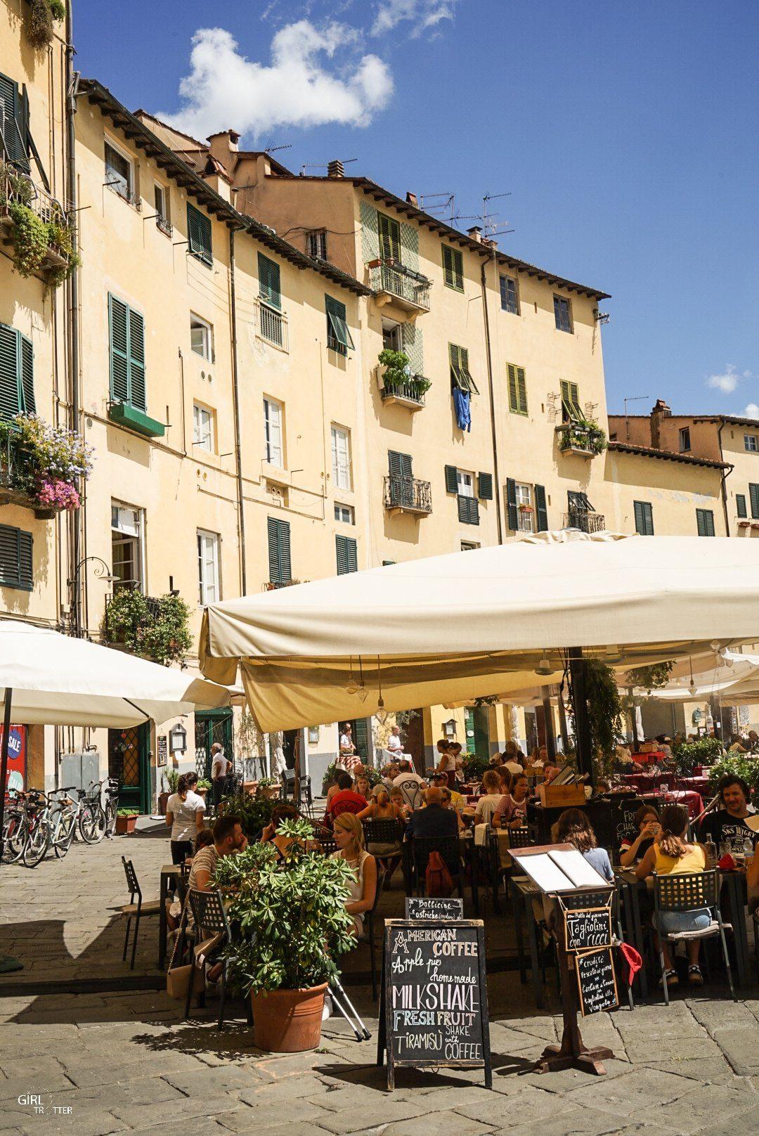 Lucca plazza anfiteatro - Lucques place de l'amphithéâtre Italie