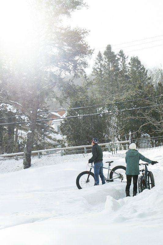 Activité fat bike de l'hôtel Resort Entourage sur-le-lac en hiver à Lac-Beauport proche de la ville de Québec