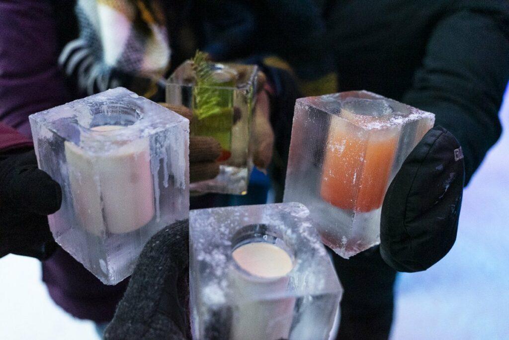 Trinquer dans des shooters de glace au Bar de l'Hôtel de glace de Québec