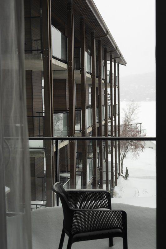 Chambre avec vue sur le lac gelé de l'hôtel Resort Entourage sur-le-lac en hiver à Lac-Beauport proche de la ville de Québec en hiver