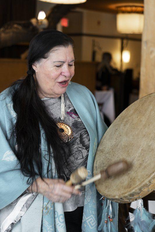 Performance musicale huron wendat de l'Hôtel-Musée Premières Nations de Wendake à Québec Cité