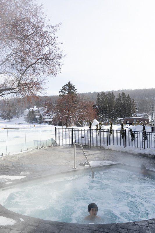 Spa jacuzzi extérieur de l'hôtel Resort Entourage sur-le-lac en hiver à Lac-Beauport proche de la ville de Québec