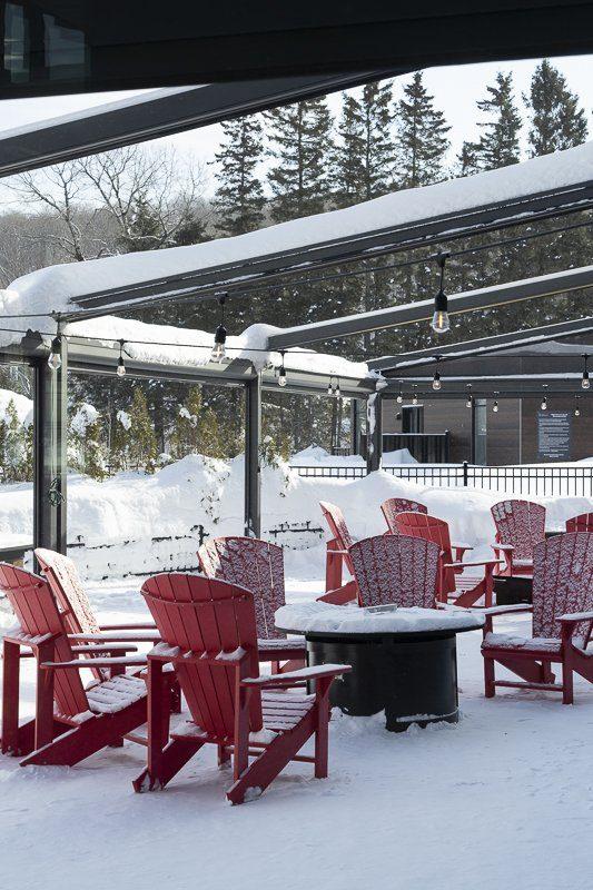 Terrasse de l'hôtel Resort Entourage sur-le-lac en hiver à Lac-Beauport proche de la ville de Québec