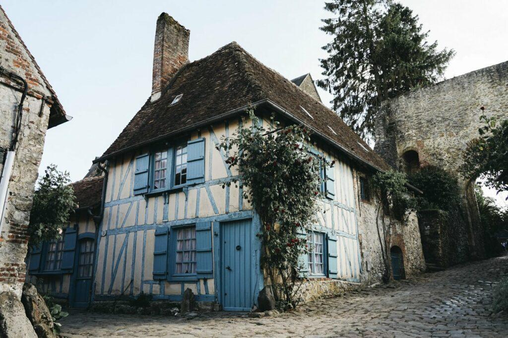Coeur du village de Gerberoy avec la maison bleue et la tour porte